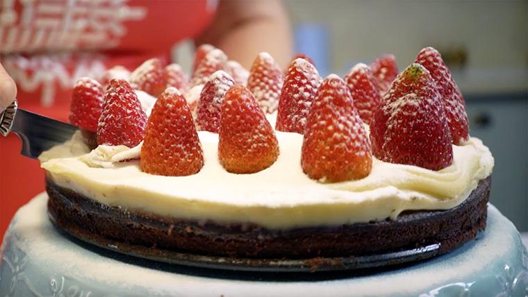 Torta de brownie com morangos