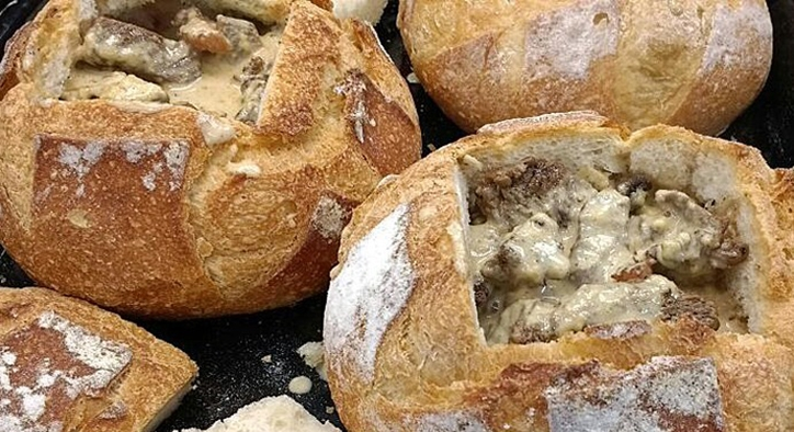 Alcatra no pão italiano ao molho de queijo