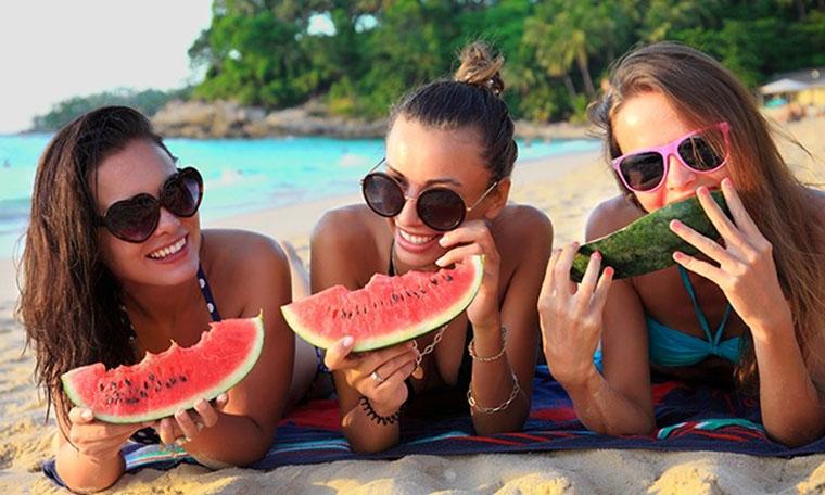 Vai comer na praia? Saiba como evitar riscos para a saúde